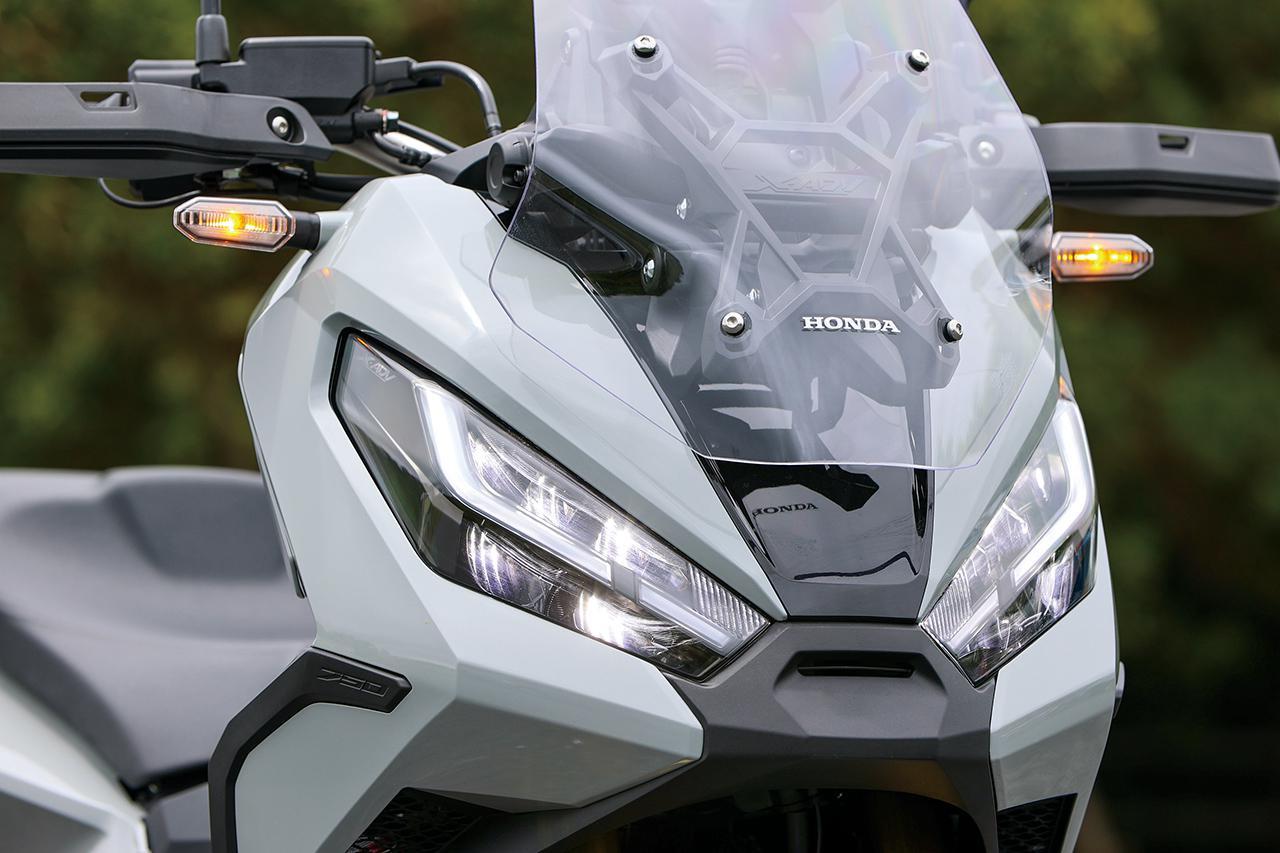 画像: 新採用となったデイタイムランニングライトはLEDによるシャープな形状の面発光で存在感を高めるデザイン。