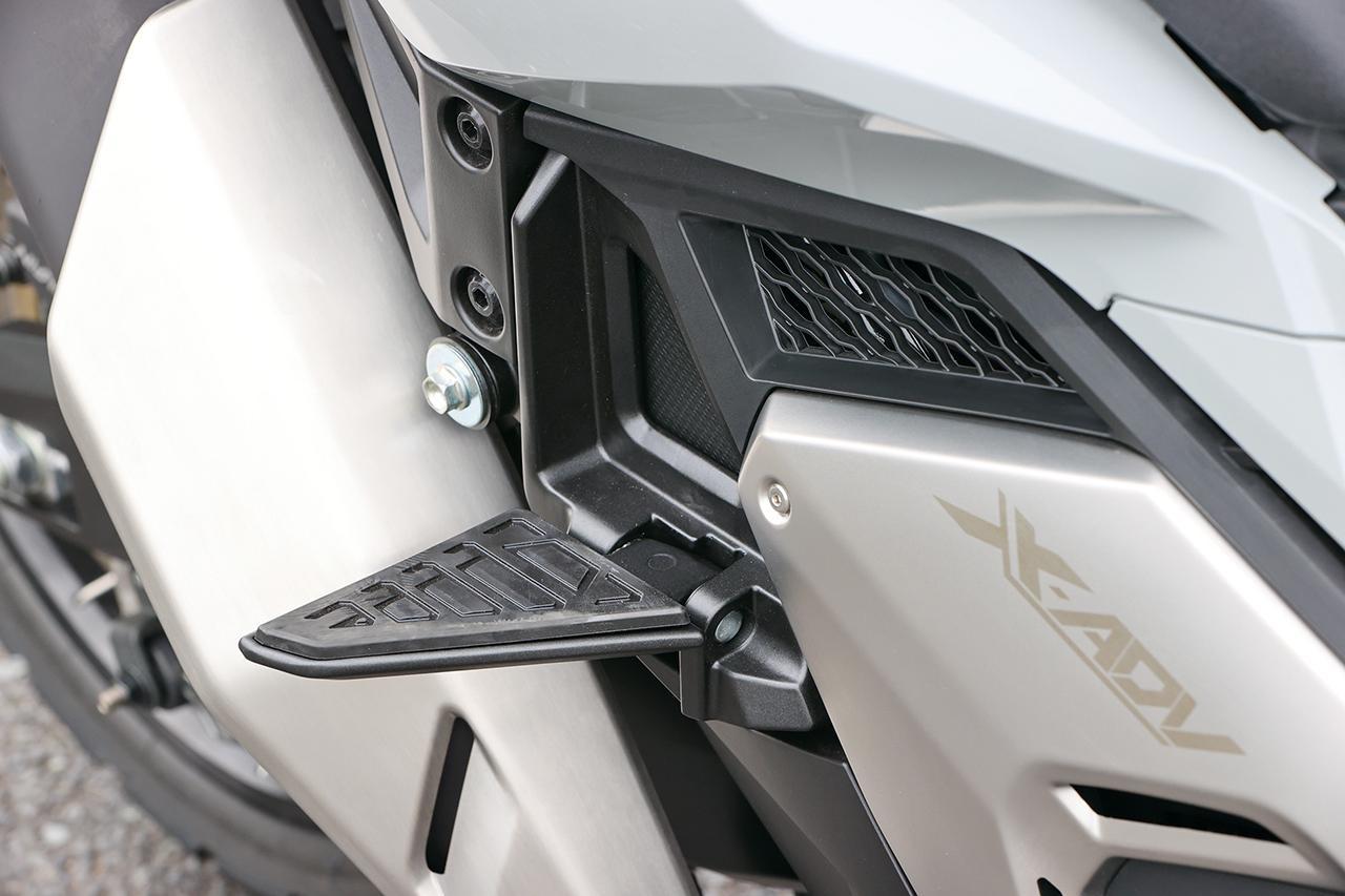 画像: 折り畳み可能なタンデムステップは剛性感も高く、タンデム時の機能性とデザイン性を両立している。