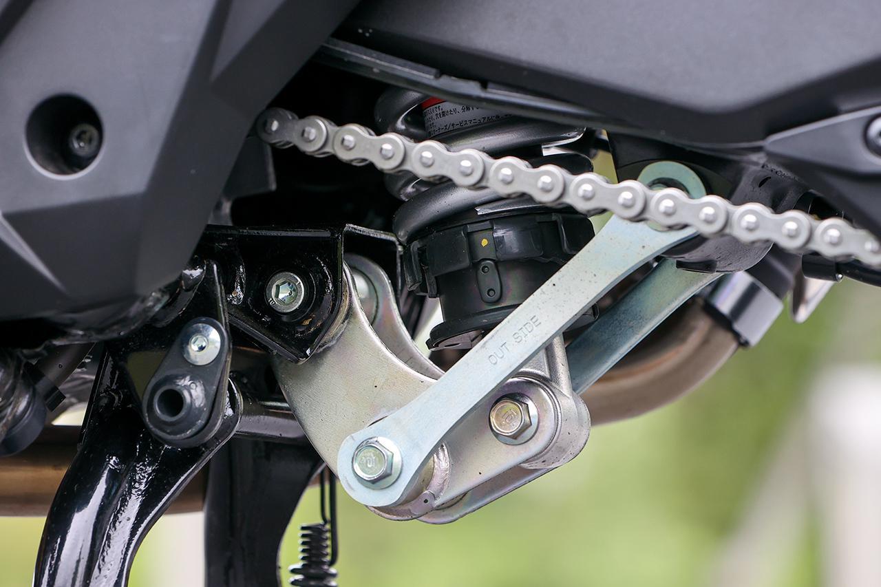 画像: プロリンクでマウントされる軽量なモノショックは二人乗りや走行シーンに合わせて変えられるプリロード調整機構を備える。