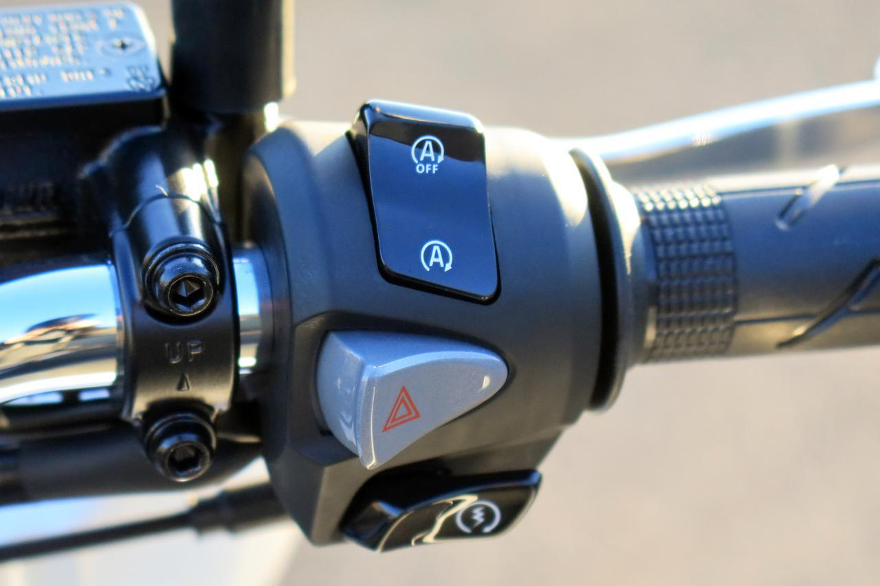 画像: ▲PCXのアイドリングストップ・システムは右手親指でオン・オフを切り替えられます。