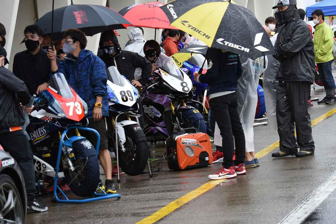 画像: 雨のレース--出走を待つのもタイヘン