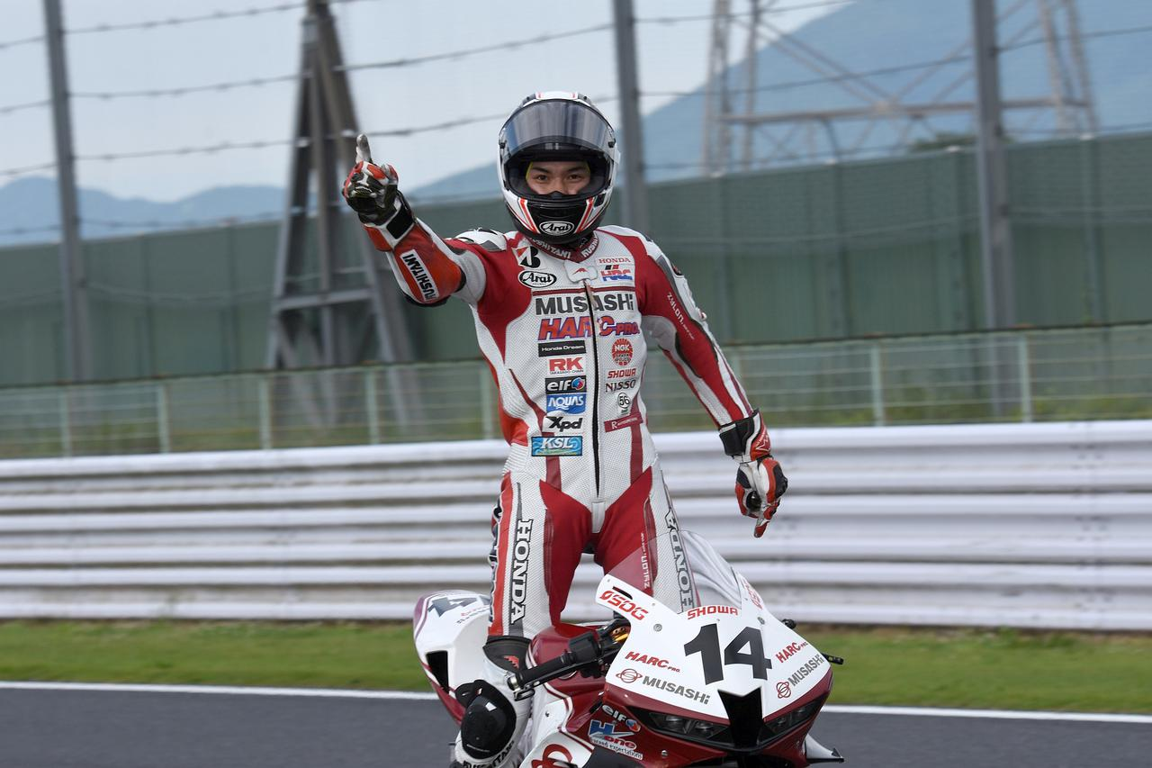 画像: レース2は#14埜口遥希が全日本ST600初優勝! カメラ目線ありがとー!