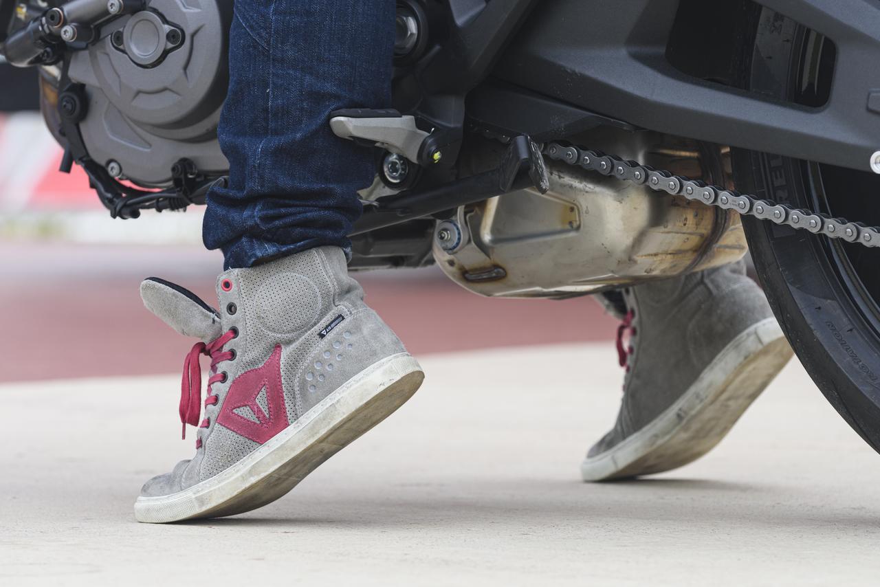 画像: ▲平嶋さんの身長は154cm。大型バイクでは普段ほとんどのバイクで片足のみの接地となる彼女。コンパクトなサイズに一安心した様子です。
