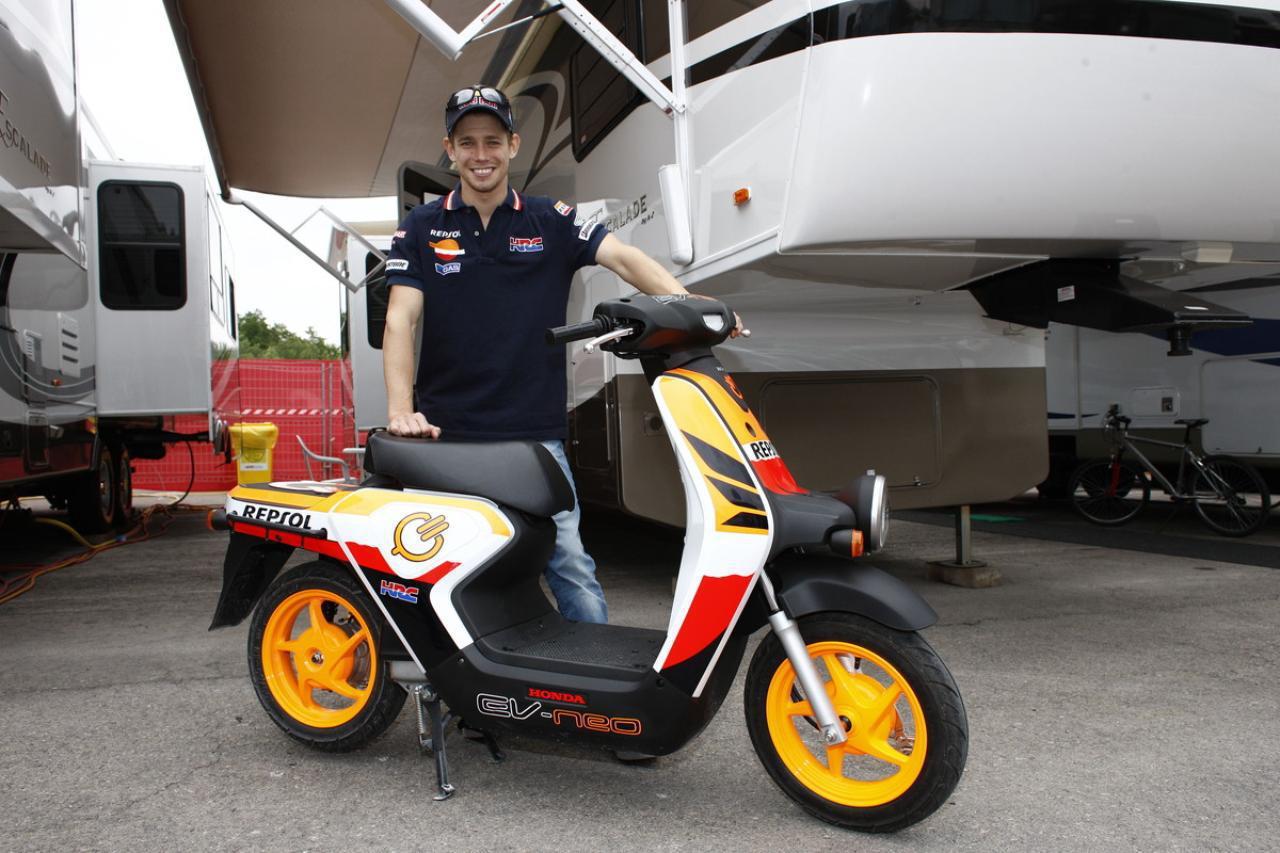 画像: レプソル・ホンダのライダーとして、カタルーニャGPでシーズン3勝目をゲットしたケーシー・ストーナー。2011年にストーナーは、自身2度目となるMotoGPクラス王者の栄光を手にしています。 www.autoby.jp