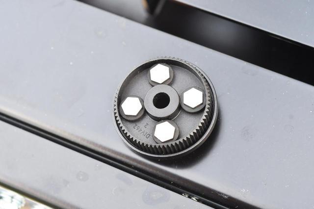 画像: スマホ取付け部の裏にはゴムと金属の剛性体が埋め込まれている。異素材を組み合わせることで振動を軽減していると予想。