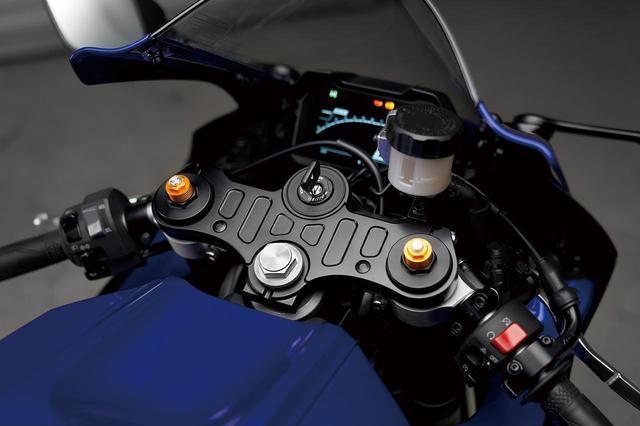画像: MT-07はバーハンドルだが、YZF-R7はフロントフォークのトップブリッジ直下にセパレートハンドルを装着、前傾が強くなる。