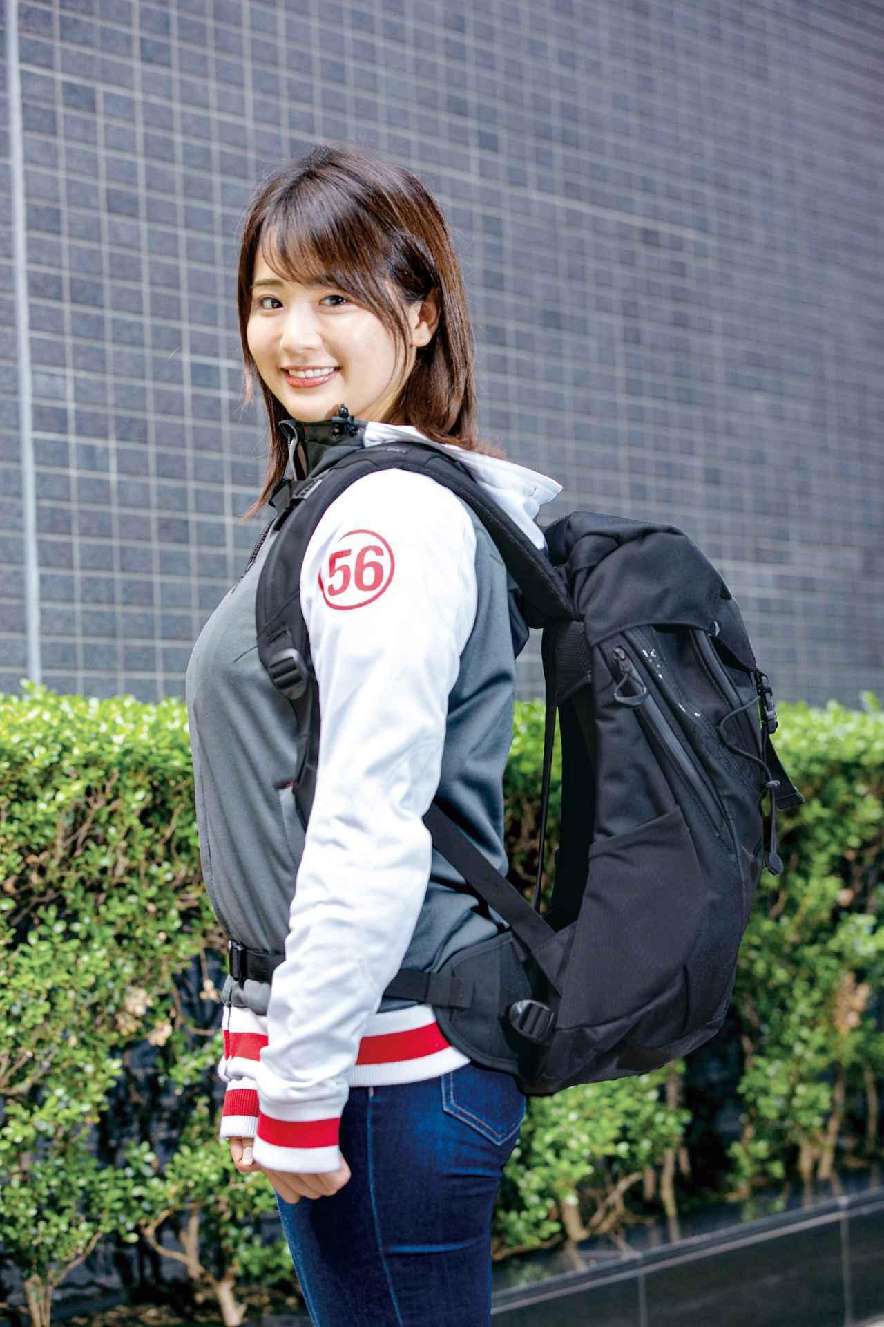 画像: ︎アウトドア用とは雰囲気が異なるカジュアルなデザイン。ファスナー付きポケット、ペットボトルホルダーも備えている。