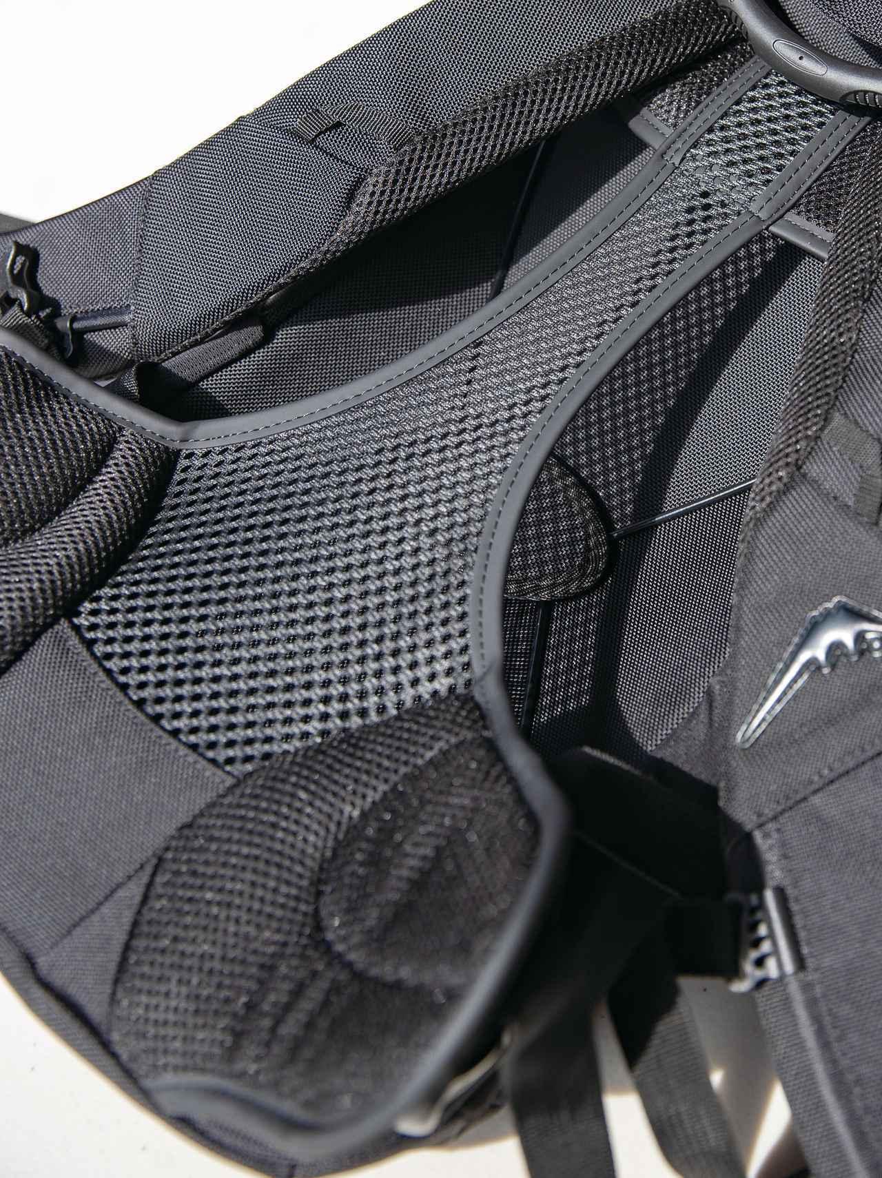 画像: 背中に触れる部分をハンモック状のメッシュシートとして通気性を確保。横にずれないようにサポートパッドも装備。