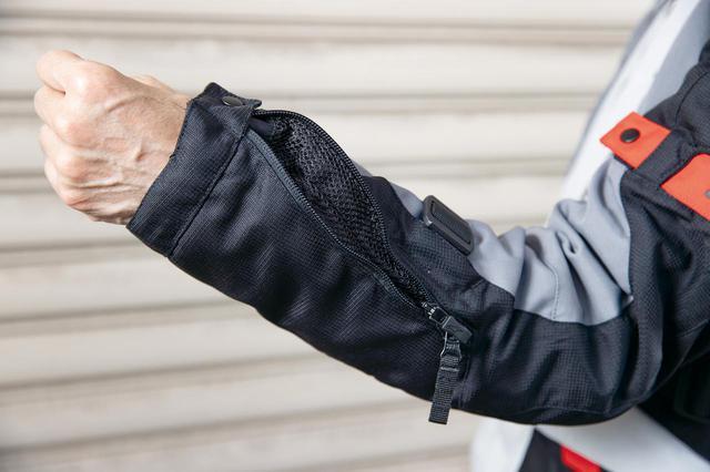 画像: 肘から手首にかけての長いエアインテーク。走行風をダイレクトに受ける部分だけに、ベンチレーション効果は想像以上に高い。