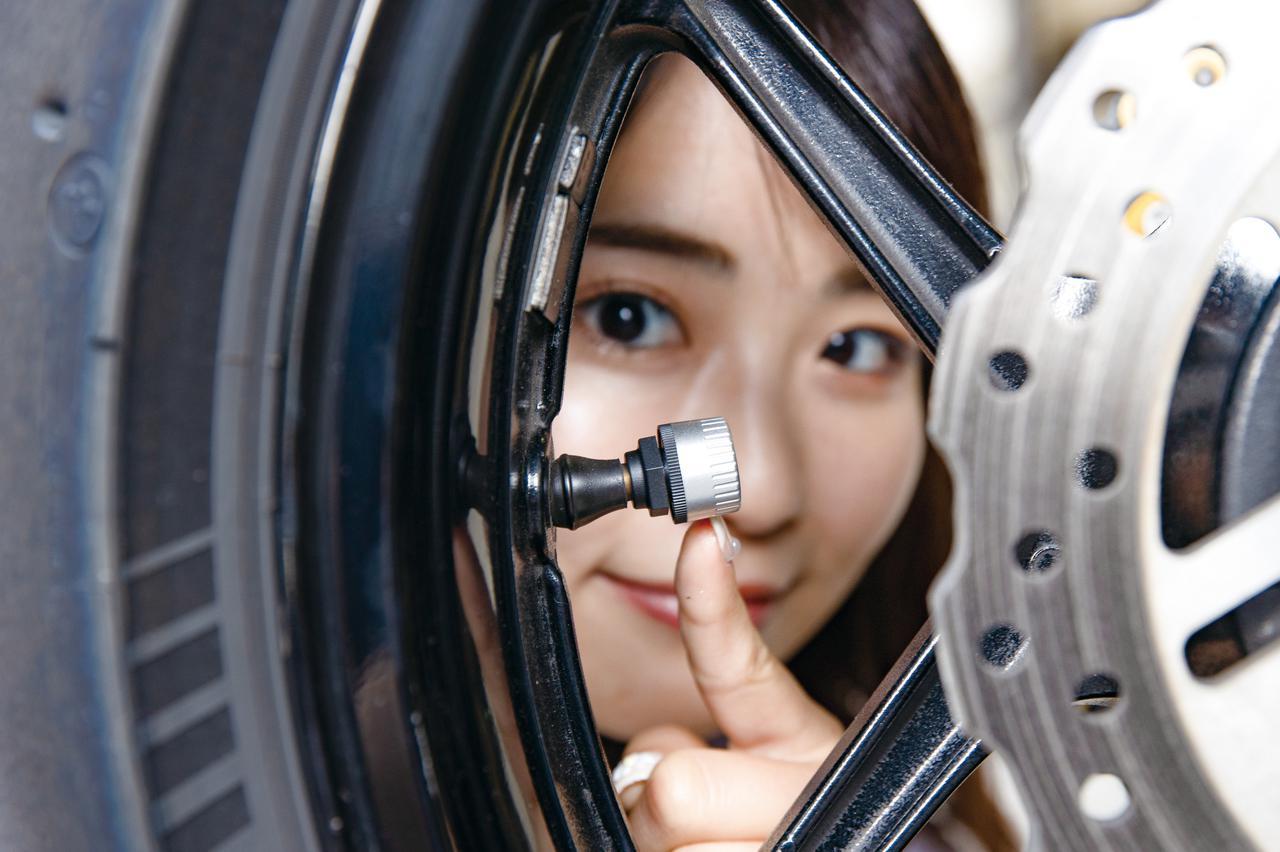 画像: FOBO BIKE 2 タイヤ空気圧監視システム 税込価格:9,980円 取り付けはバルブキャップと差し替えるだけ。センサーの重量はボタン電池込みで11.5gと軽く、IP57の防水防塵構造になっている。