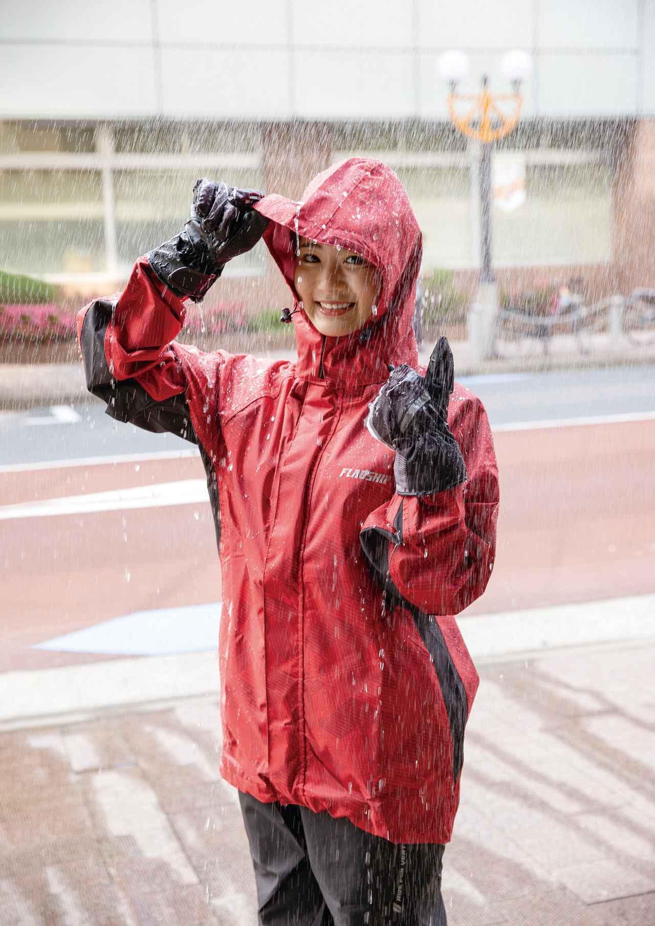画像: 廉価なレインウエアは透湿性が低く、特に気温が高い梅雨時期は汗によって蒸れやすい。この製品は10000g/㎡-24hの透湿性能を誇る。