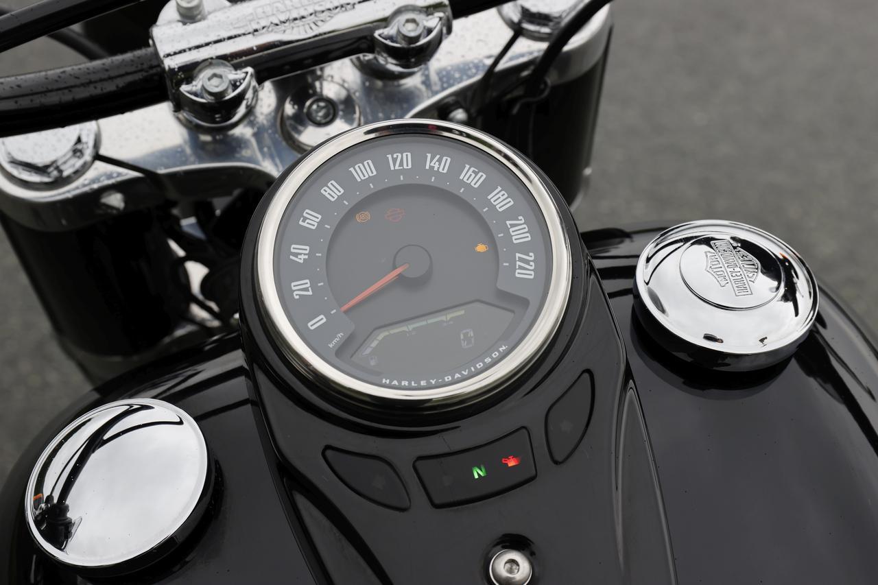 画像: 液晶表示部には燃料計を常時表示し、切り替え式でオド&ツイントリップ、残ガス走行可能距離、時計、タコメーターをデジタル表示。