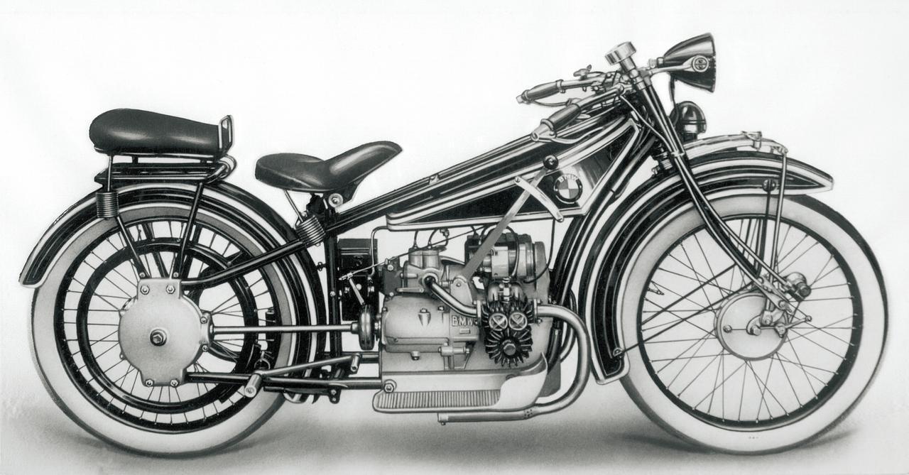 画像: ▲ BMW R32 (1923年) クランクシャフト横置きフラットツインのヘリオス用M2B15のシリンダーおよびヘッドの冷却不良を解消するため、R32用のM2B33はクランクシャフト縦置きフラットツインにデザインされた。レシプロ航空機エンジンに慣れ親しんだM.フリッツ技師にとっては、このレイアウトこそが最も自然だったのだろう。
