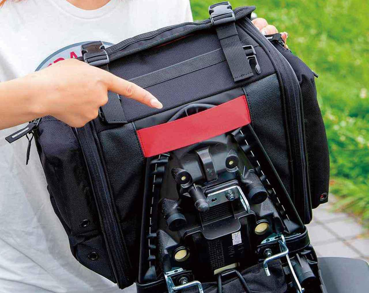 画像: シート後端をバッグ底面のベルトに挿し込んで前方向へのズレを防止。実際はシートを外さなくても挿し込めるので着脱の手間はほとんど増えない。