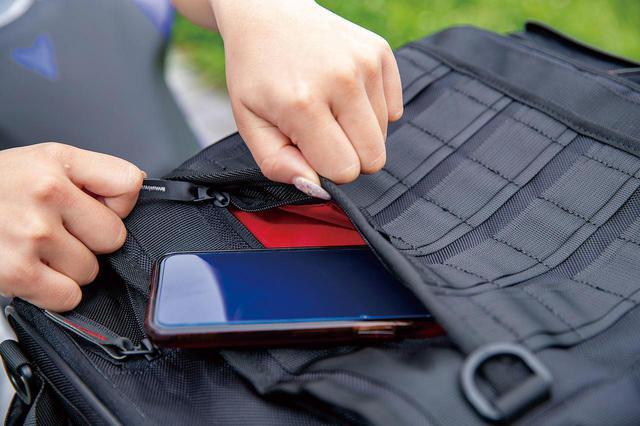 画像: フラップ上面には左右それぞれから荷物を出し入れできる二層構造のポケットを装備。