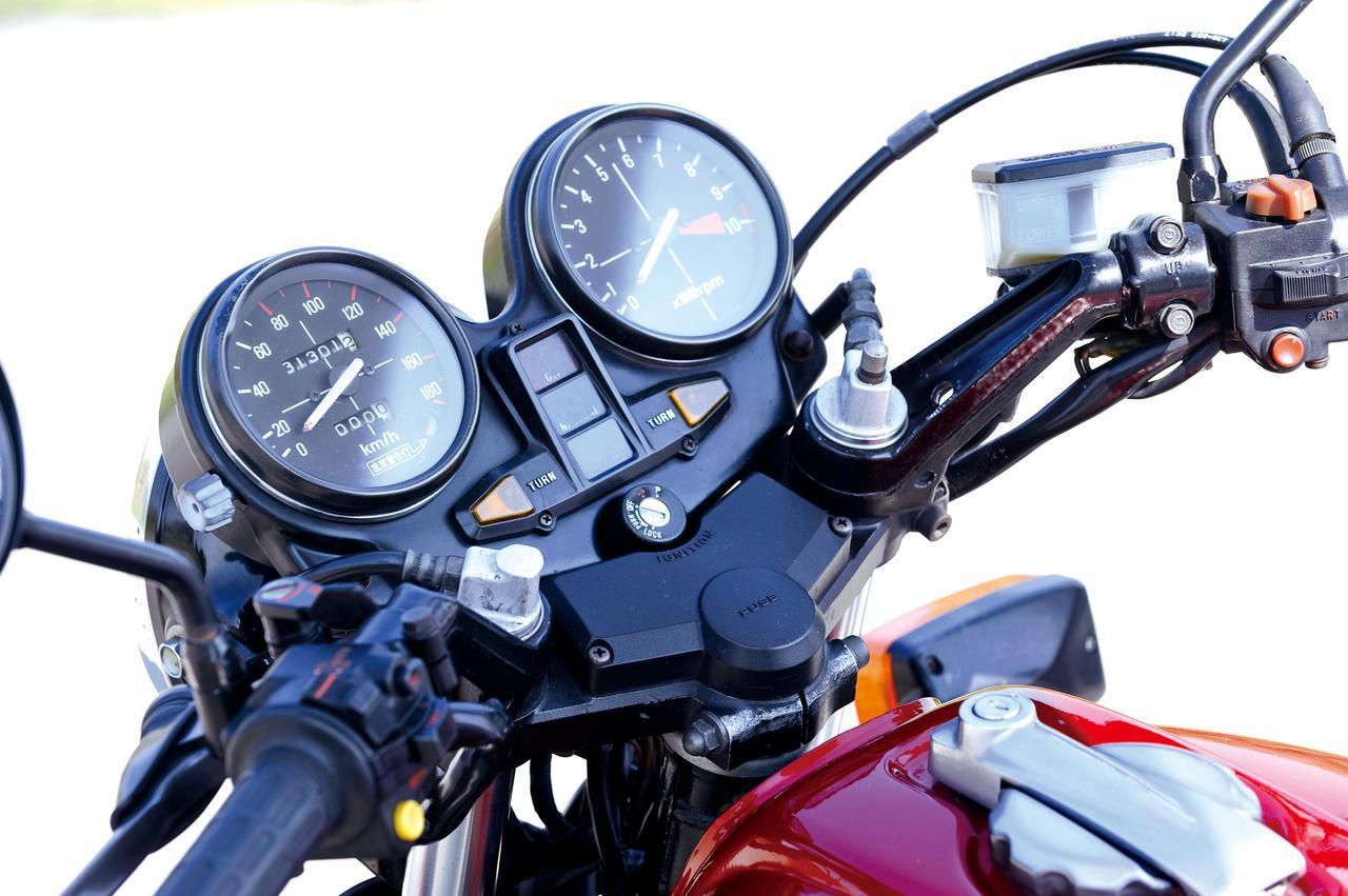 画像: アナログの速度計&回転計を並べた視認性に優れたメーター。回転計は10000回転スケール、速度計は国内仕様のため180km/hスケール。