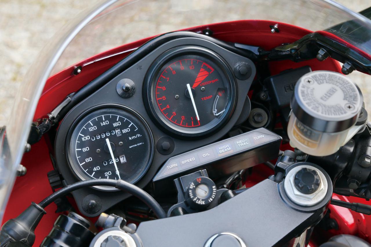 画像: 右に赤文字のタコメーター、左に白文字のスピードメーターを配するレーシングマシン風のメーター周り。タコメーターには水温計も内蔵。