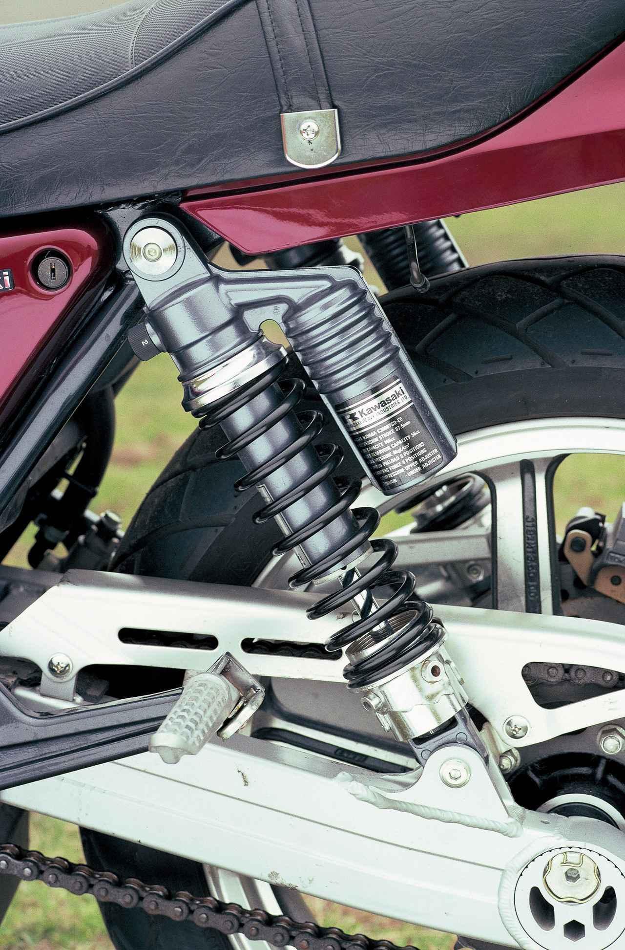 画像: リアサスは古典的なツインショックだが、アルミ製のスイングアームやレイダウンされたショックでスポーティな走りを狙う。