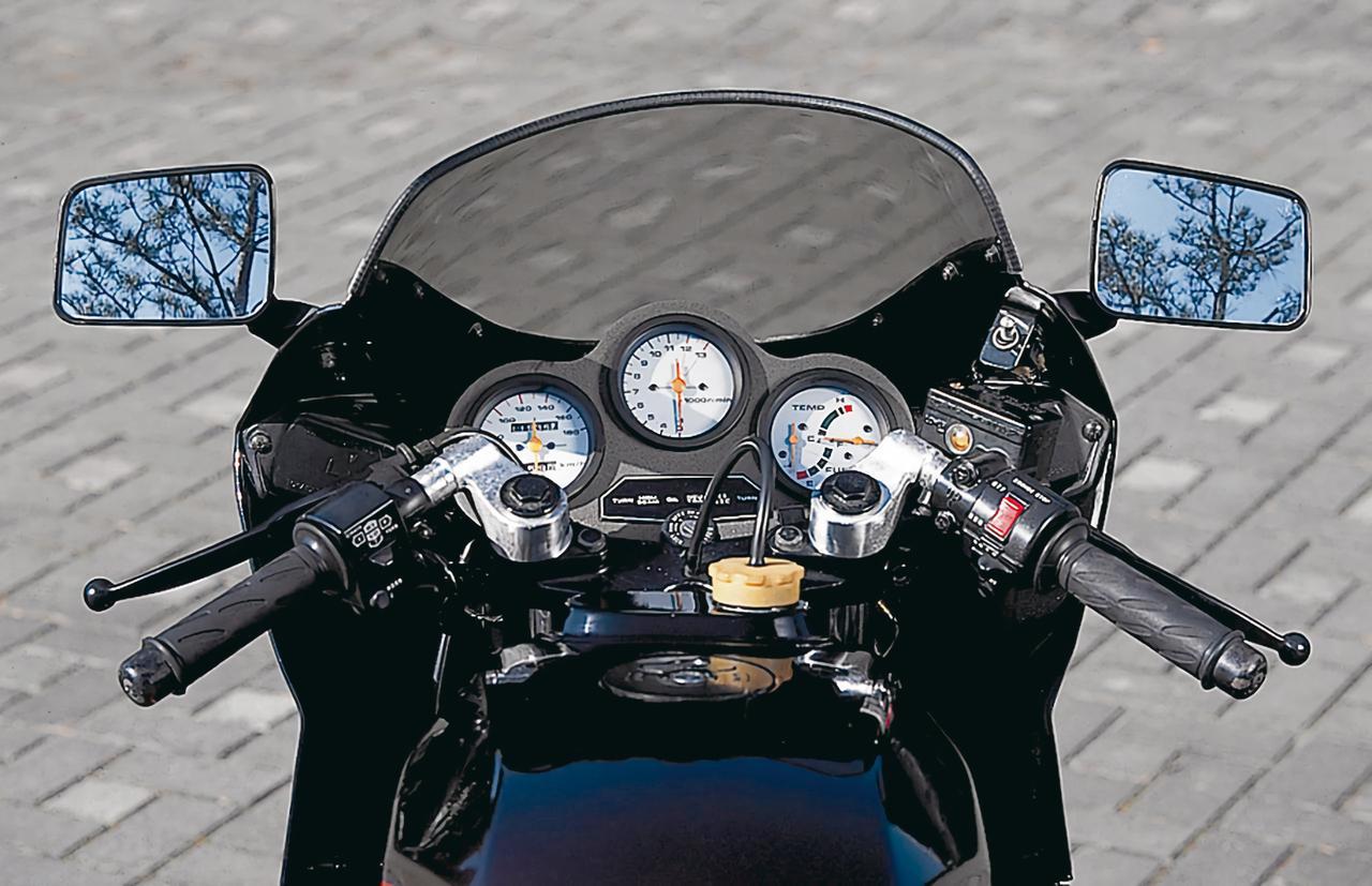 画像: 前傾の強いレーシーなポジション設定に合わせて、トップブリッジ上にアルミ鍛造製セパレートハンドルをクランプ。