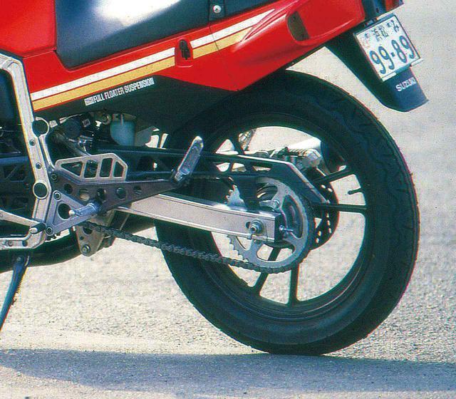 画像: リアサスペンションにはスズキ自慢のフルフローターを採用。リアブレーキは対向2ポットで、ホイール径はF16・R18インチ。