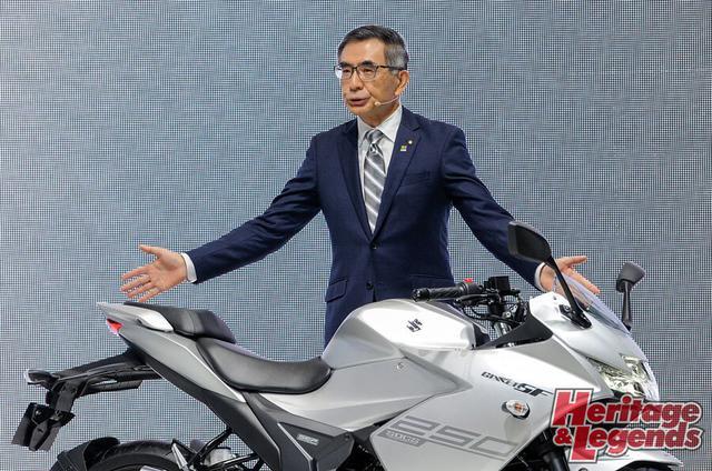 画像: ▲2019年の東京モーターショーで新型油冷エンジン搭載のGIXXER SF250を紹介する、スズキ社長の鈴木俊宏氏。