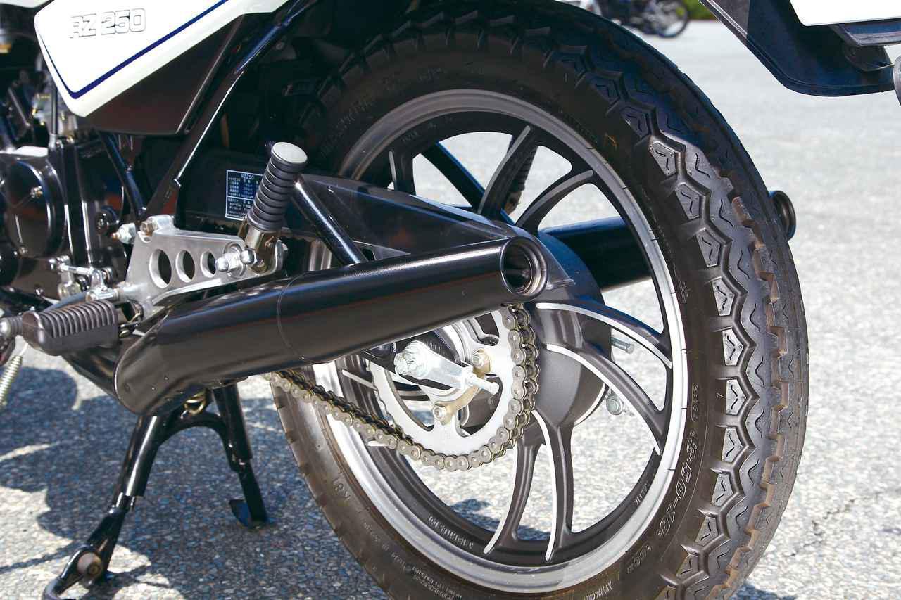 画像: フロントブレーキにはディスクブレーキを採用したが、リアブレーキはドラムだった。リアホイールも前輪と同じく18インチ径だ。