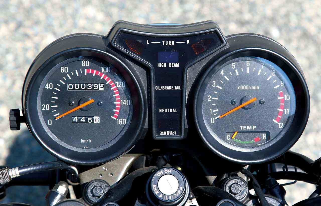 画像: スピードメーターは180km/hスケールで、タコメーターは12000rpmスケール。9500rpmからがレッドゾーンという高回転型の特性だ。