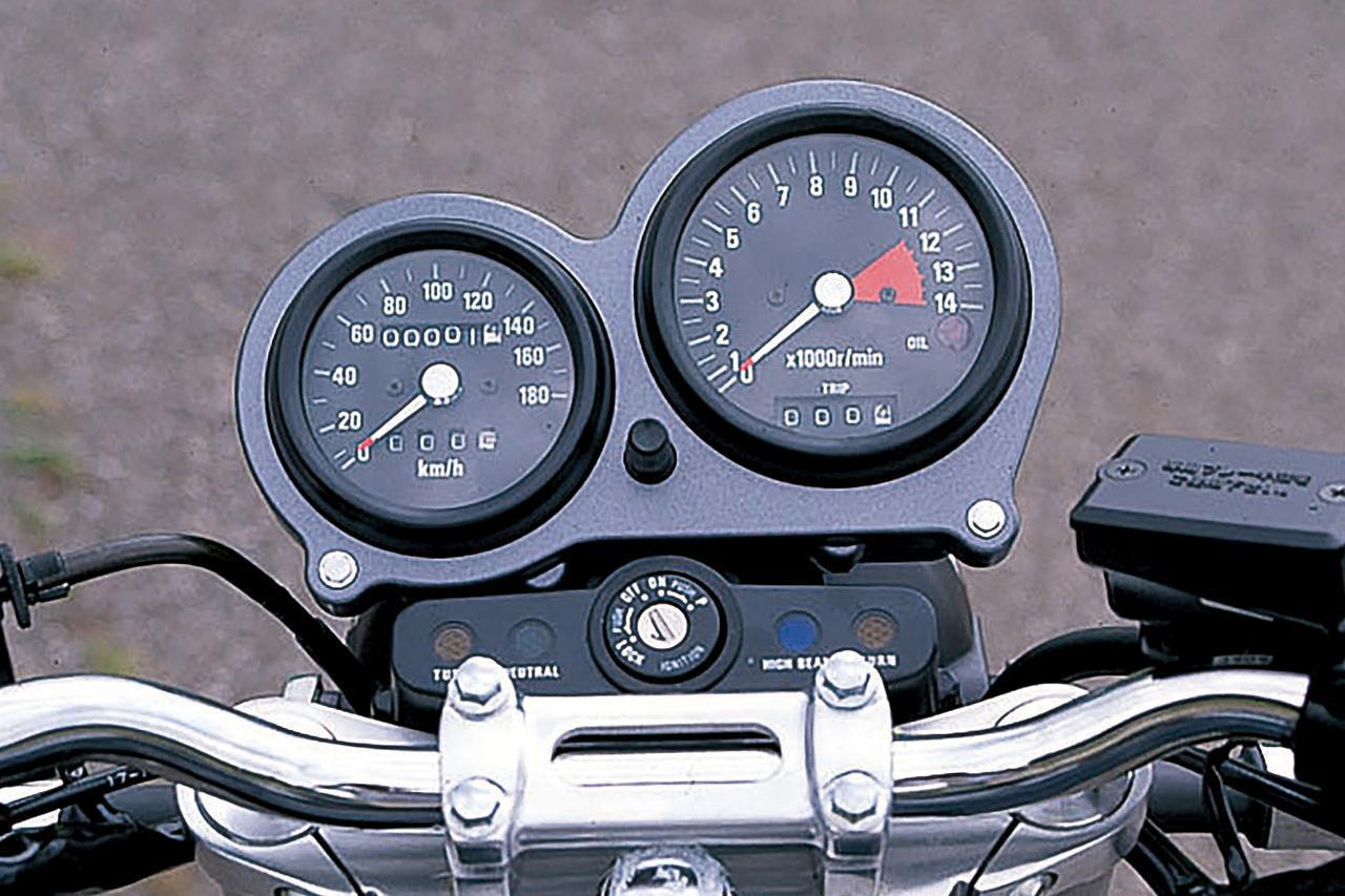 画像: 初期型は異径速度計、回転計を組み合わせたモダンなデザイン。91年型からクラシカルな2連メーターに変更。