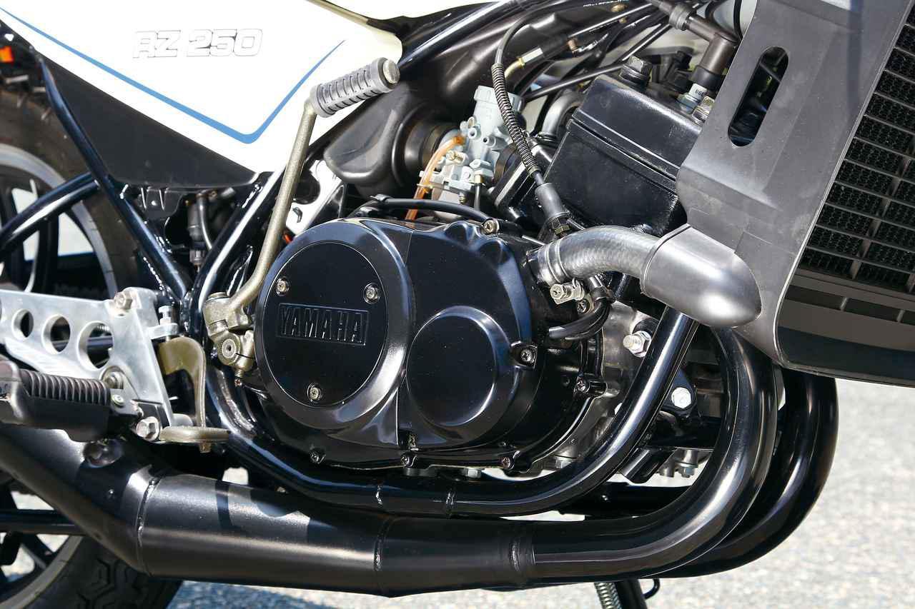 画像: TZ250と同じボア×ストロークを採用した水冷2ストピストンリードバルブ並列2気筒エンジン。当時250ccクラス最強の35PSを発揮した。