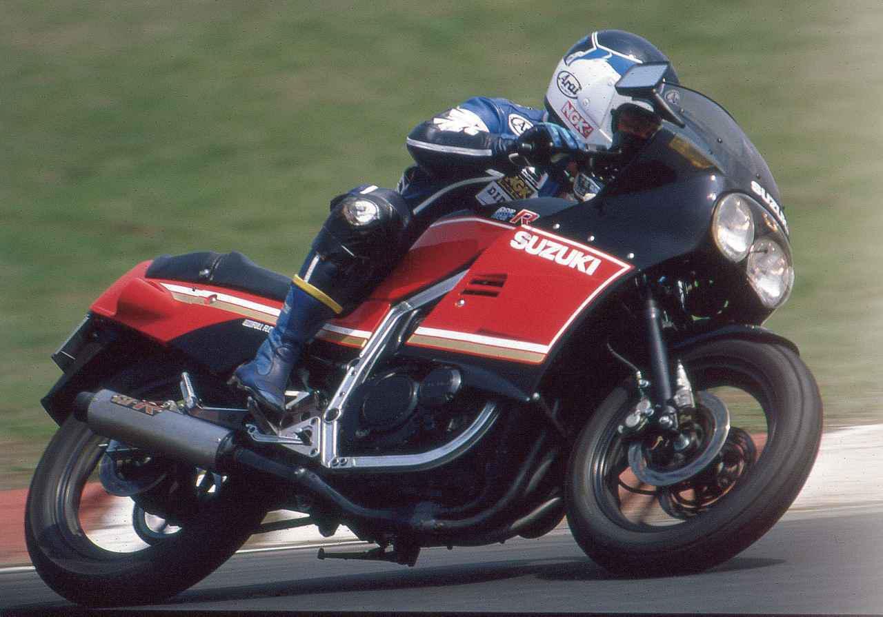 画像: ▲デュアルヘッドライトが目立つカウルなど、8耐などで活躍したスズキの耐久レーサー・GS1000Rをモチーフにしたスタイリング。
