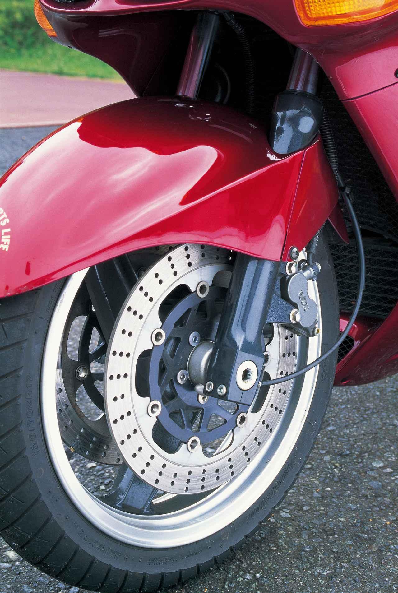 画像: D型ではフロントブレーキのローター径が10mm拡大されたΦ320mmとなり、キャリパーも新型に変更されて制動力が向上している。