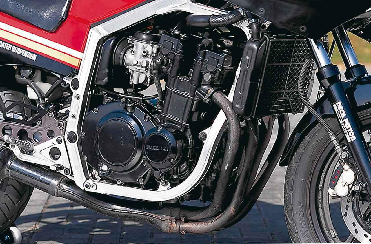 画像: 50PSを発揮した前年登場のGSX400FW用をベースに、GSX-R用の水冷直4は各部に大きな改良を施して59PSに出力を向上。