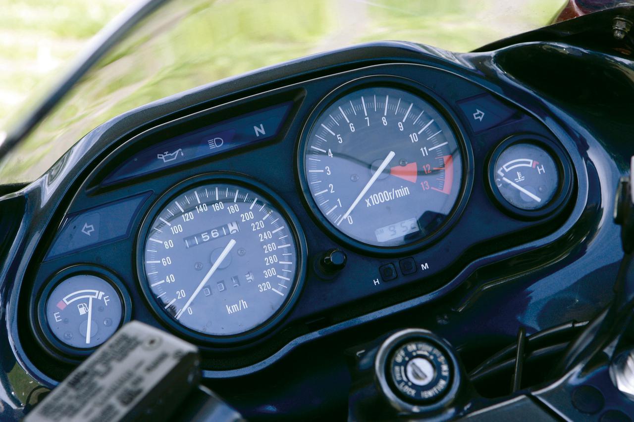 画像: アナログ表示で320km/hまで刻まれているスピードメーターは超高速性能の証。一番左の燃料計はD型から採用。