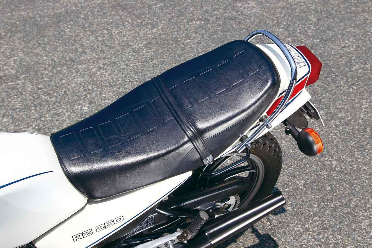 画像: 当時としてはスマートなデザインのシート。70年代の空冷2ストモデルたちとはひと味違った斬新さを感じさせる。