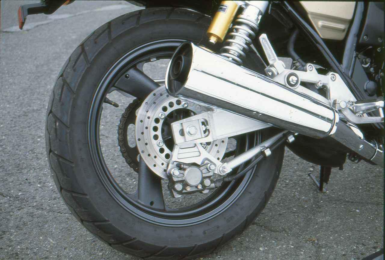 画像: アルミスイングアーム、リザーバータンク付きリアサスでスポーティな走りに対応。後にはオーリンズ製サスを採用するモデルも登場。