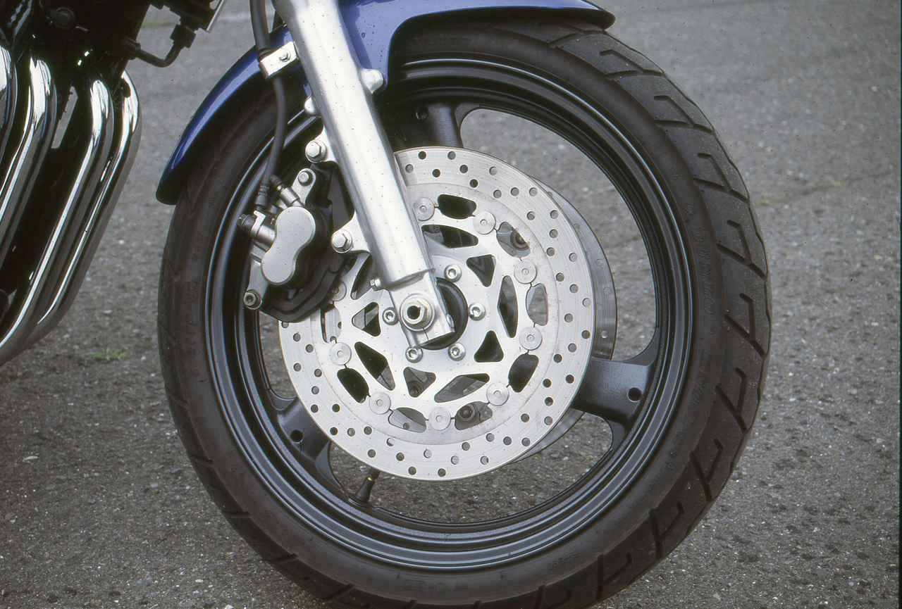 画像: インナーチューブ径Φ41mmの正立フロントフォークを装着。ブレーキはΦ300mmのダブルディスクだ。