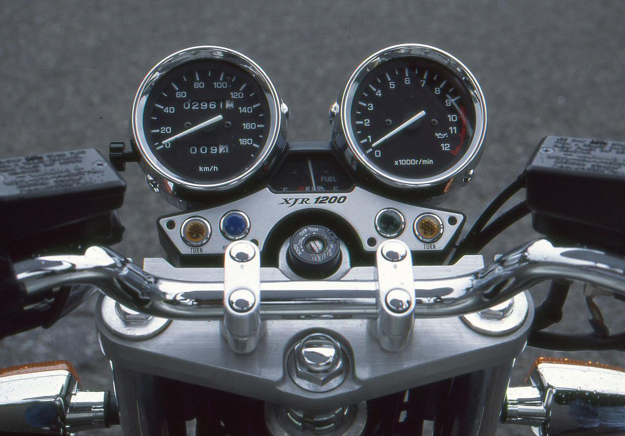 画像: オーソドックスなデザインのアナログ2連メーター。右側に回転計、右側に速度計。中央には燃料計を配置。