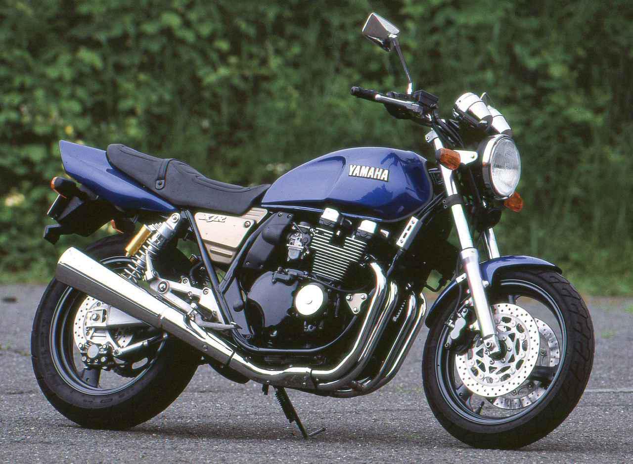 画像: YAMAHA XJR400 / R 1993 総排気量:399cc エンジン形式:空冷4ストDOHC4バルブ並列4気筒 最高出力:53PS/11000rpm 最大トルク:3.5㎏-m/9500rpm 乾燥重量:175kg 燃料タンク容量:20L シート高:780mm タイヤサイズ前・後:110/70-17・150/70-17 当時価格:57万9000円