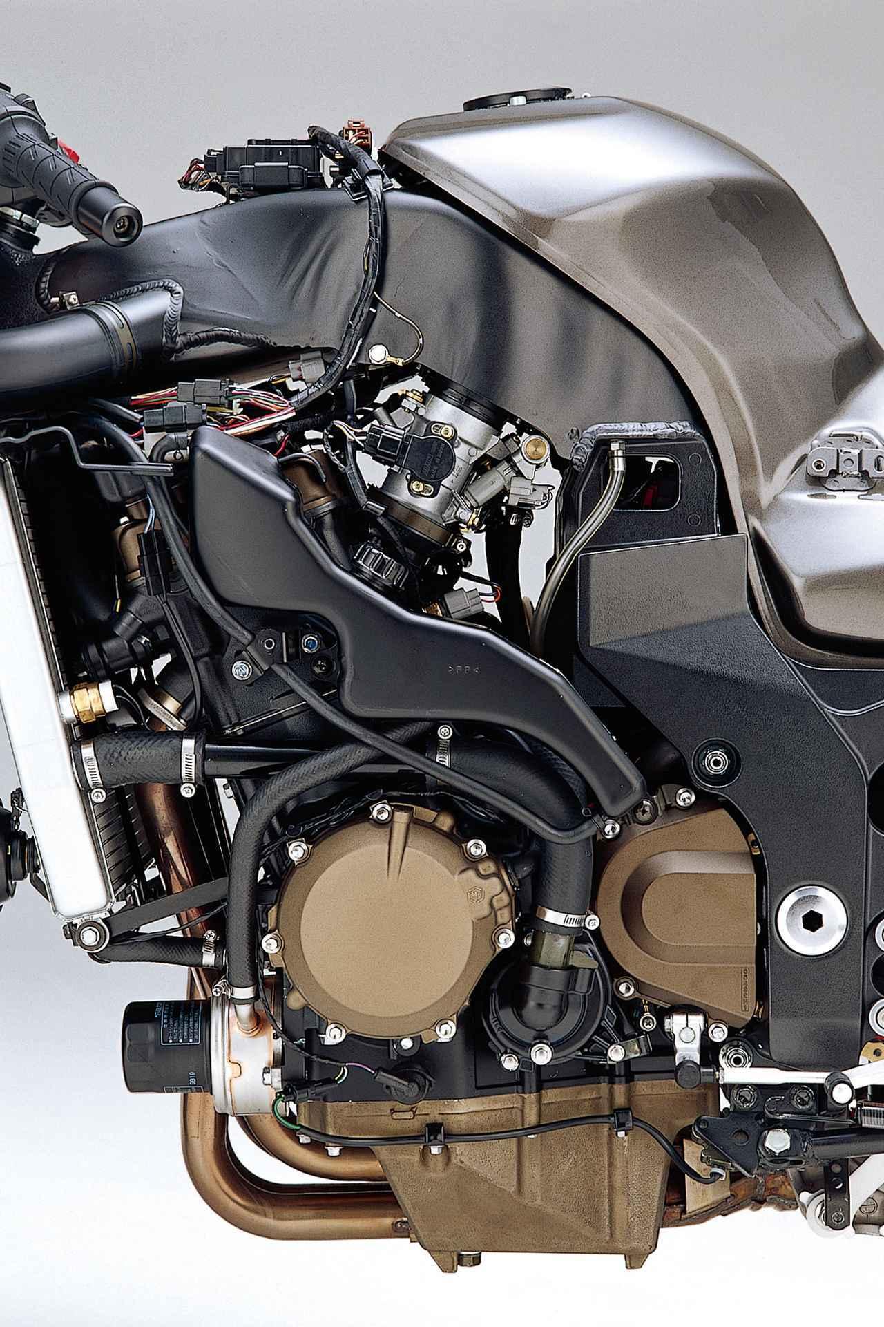 画像: ハヤブサより小さい1199ccから178PSを叩き出す。フレームの強度部材としても使うために専用設計された。