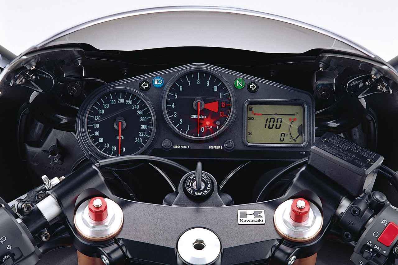 画像: デビュー時の2000年モデルのみ、何と350km/hスケールのメーターを装備。カワサキのZX-12Rに対する自信のほどがうかがえる。