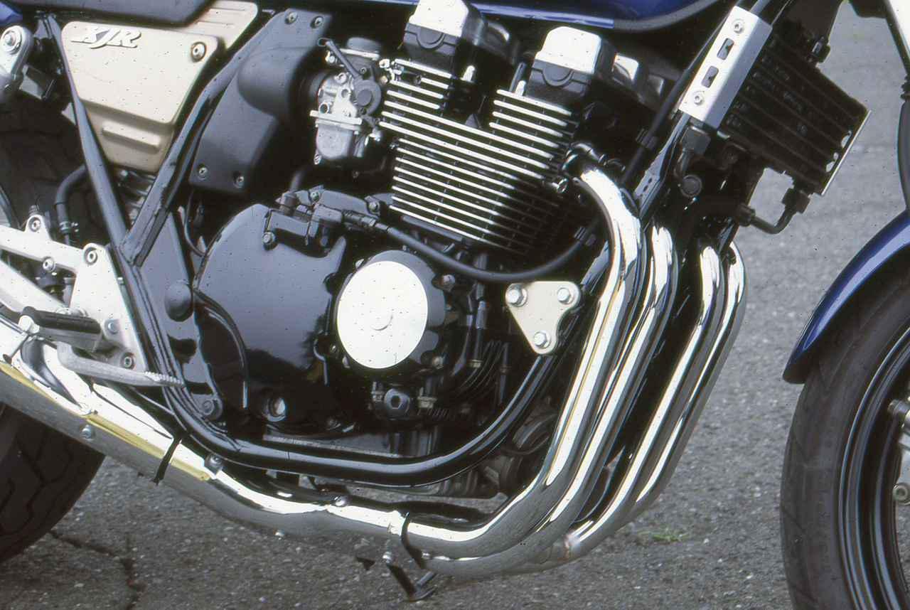 画像: ライバルたちの多くが従来のモデルからエンジンを流用した中で、XJR400は専用のエンジンを開発することでスポーツ性を高めた。