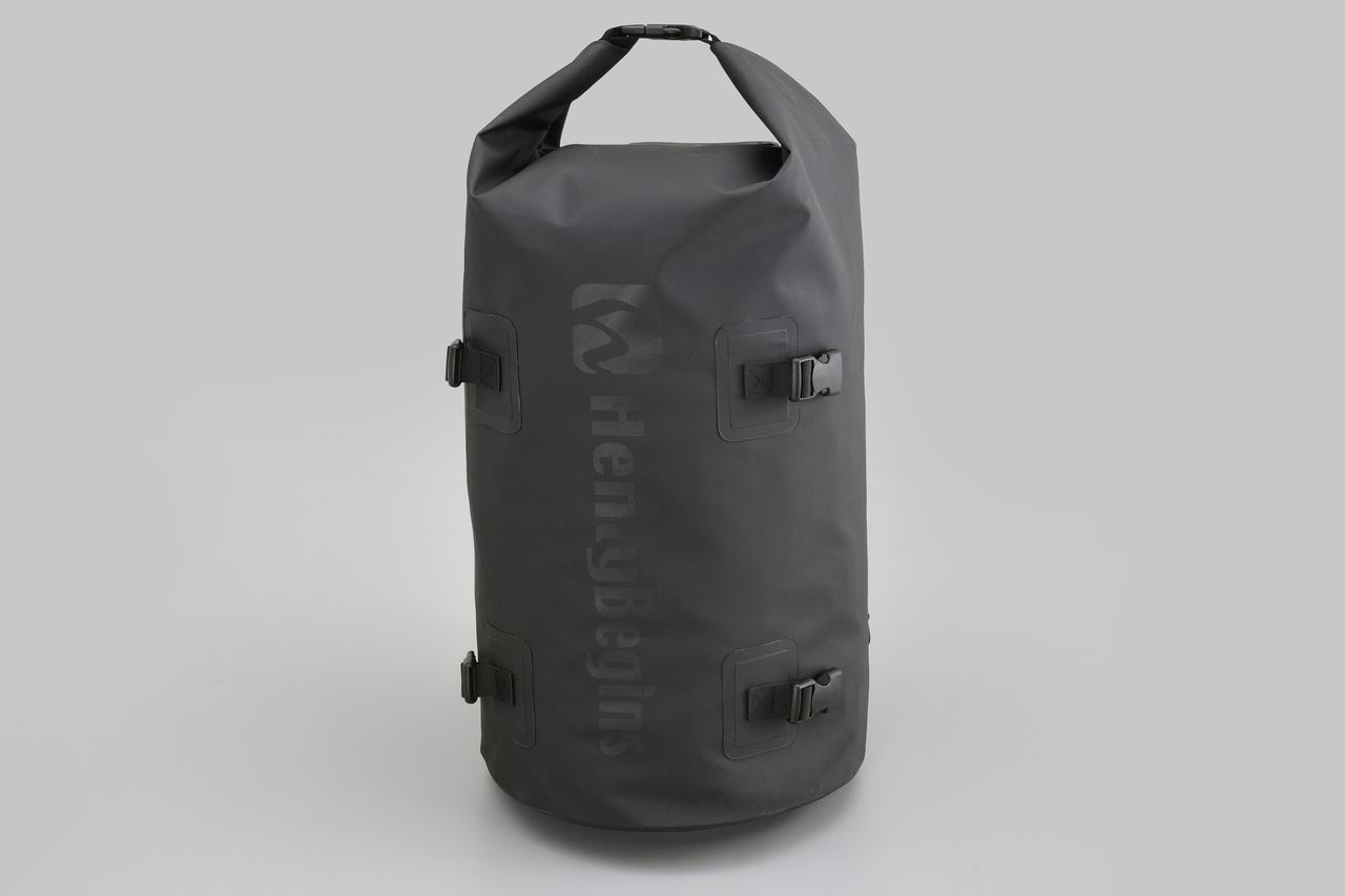 画像1: お手頃価格の防水バッグパックとシートバッグがヘンリービギンズから登場! バイクで使うのにちょうどいいサイズ感と容量が魅力