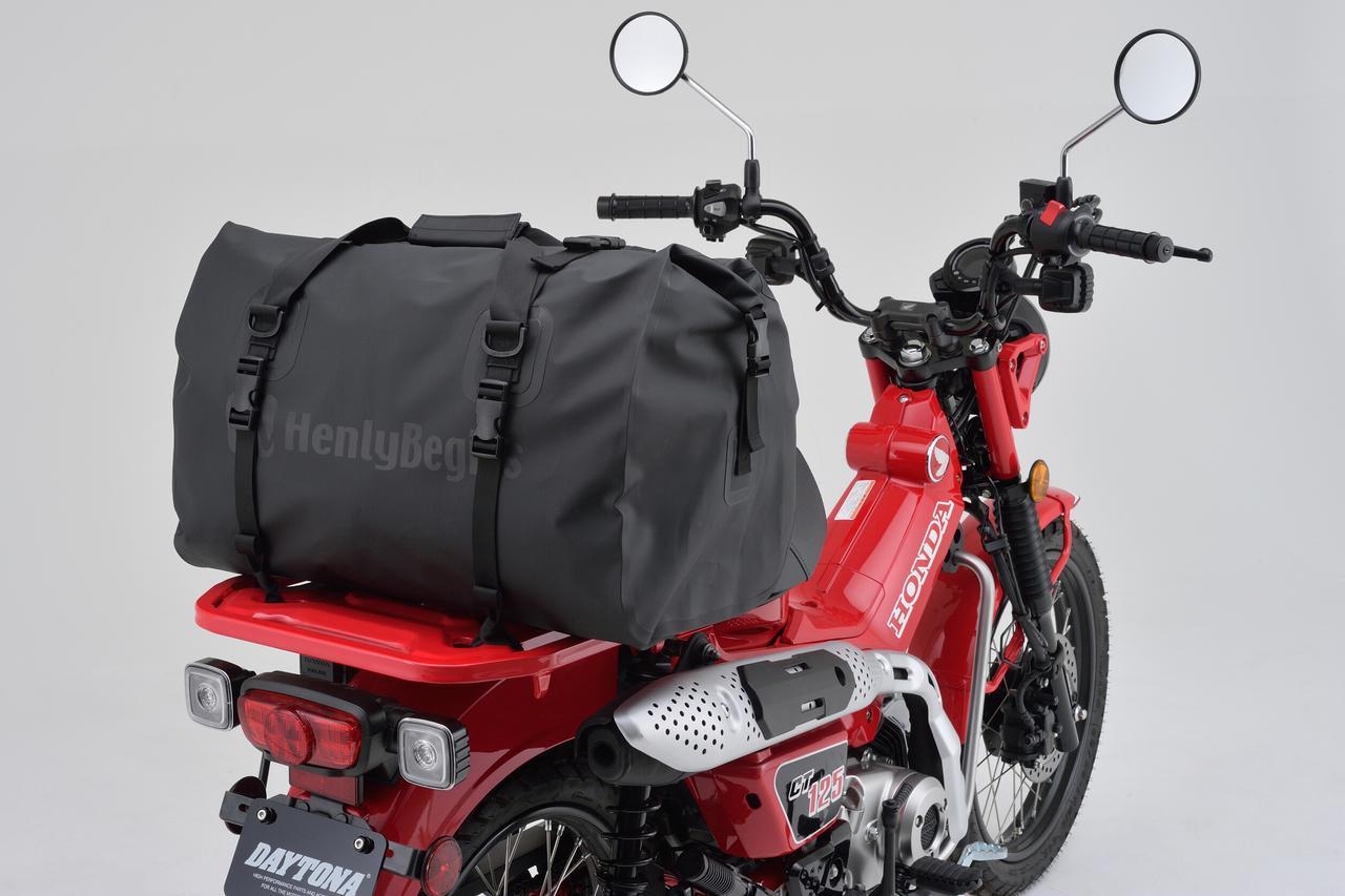 画像8: お手頃価格の防水バッグパックとシートバッグがヘンリービギンズから登場! バイクで使うのにちょうどいいサイズ感と容量が魅力