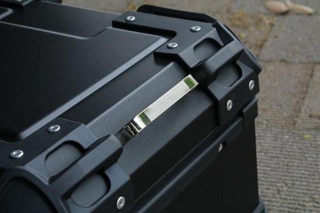 画像: ボックス淵に設けられた荷掛けに便利なフック。