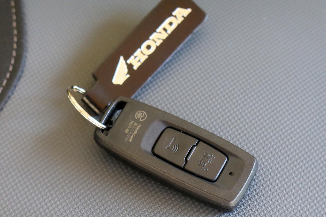 画像: ▲「Honda SMART Key システム」のスマートキー(現行PCXのもの)。