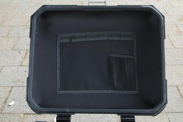画像: 蓋の裏に用意された便利な小物入れ。