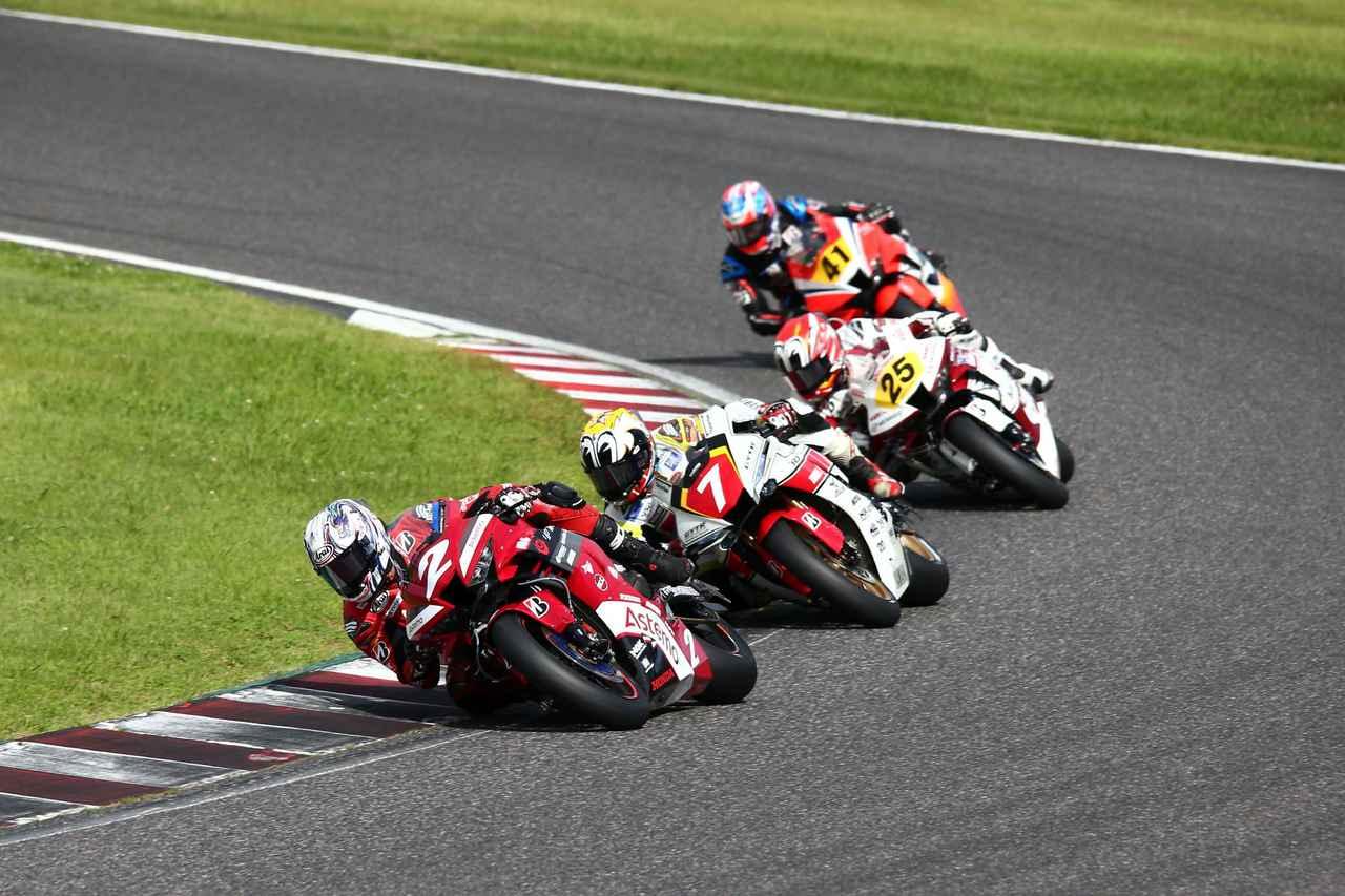 画像: レース2、序盤こそ中須賀を抑えてトップを走った清成でしたが…