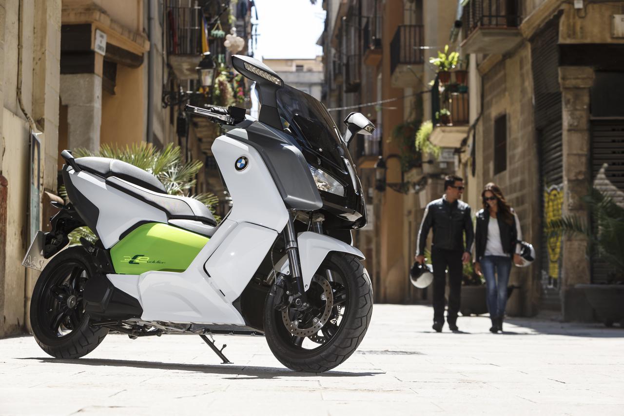 画像: 2014年にデビューした、初期型のBMW C evolution。同社製のICE(内燃機)搭載マキシスクーター、C600スポーツとC650GTと同じイメージでスタイリングをまとめ上げていました。駐車時などに便利な、電動リバースを備えています。 www.press.bmwgroup.com