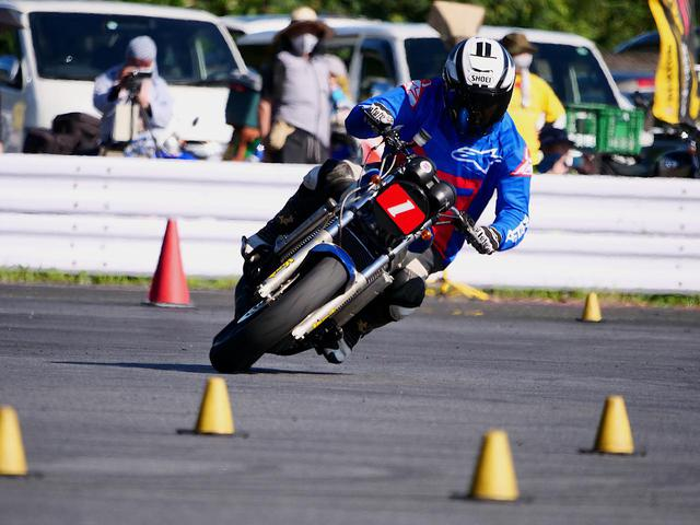 画像1: 【オートバイ杯ジムカーナ】3カ月以上のインターバルを経ての「シーズン再開幕」! 池田選手&NSRが逆転勝利【第2戦・A級レポート】 - webオートバイ