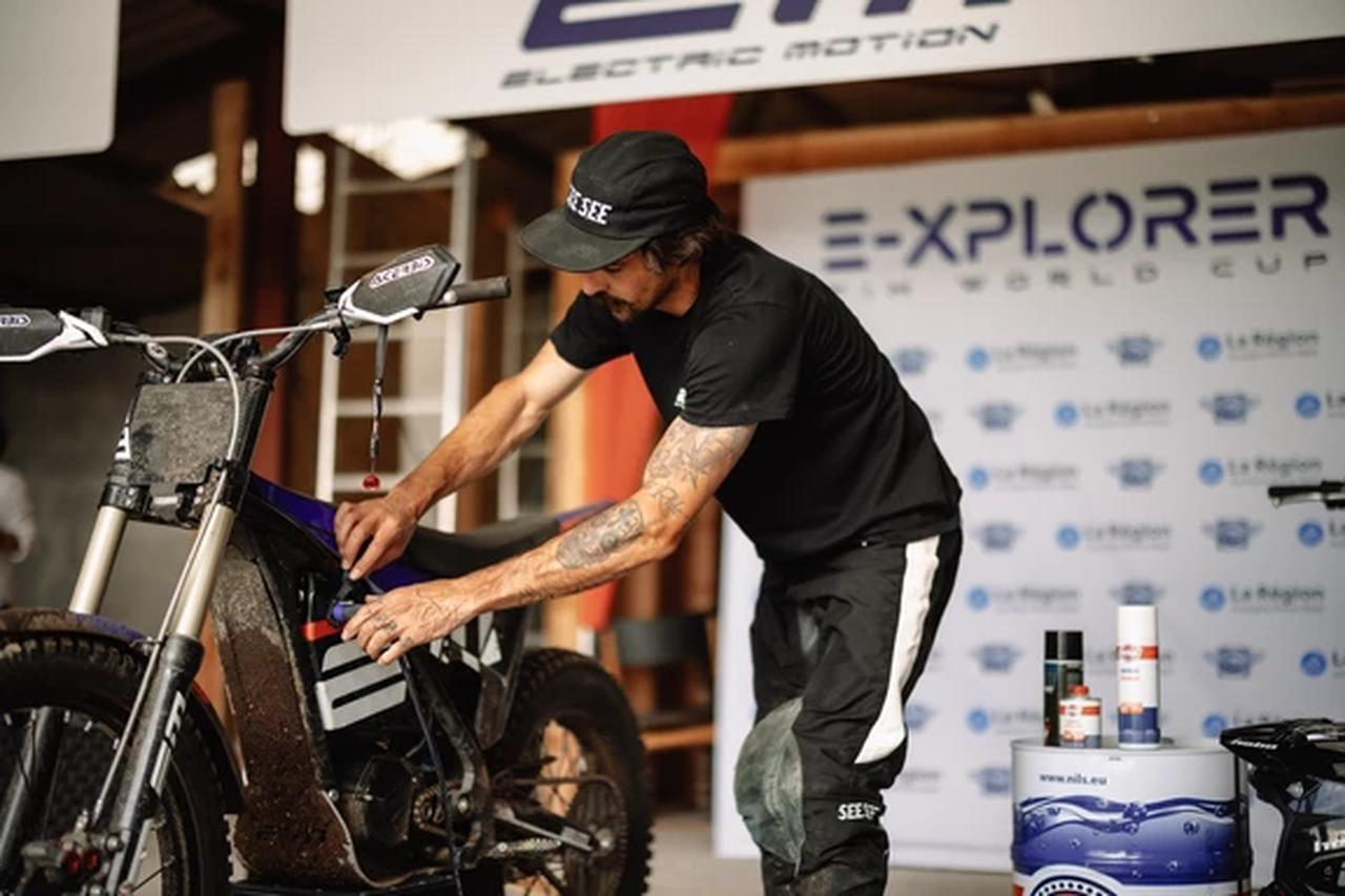画像: ガソリンを燃料として使わず、油脂類による定期的な潤滑がファイナルドライブのチェーンやアクスルシャフトなど限られた部位で済む2輪EVは、一般論としてICE搭載車より洗車や整備などが楽です。既存のEVオフロード車ユーザーの多くは、そのあたりをEVを選ぶメリットのひとつとしてあげることが多いですね。 www.fimexplorer.com